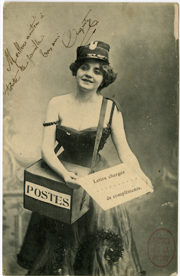 Carte postale - 1902  -Factrice de fantaisie © Photo L'Adresse Musée de La Poste, Paris / La Poste